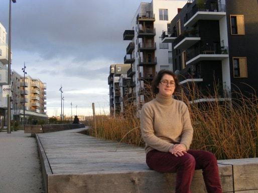 """Céline Papin, membre de l'association des habitants, les """"Ginko-bilobiens"""", assise aux pieds de son immeuble (Photo SB/Rue89 Bordeaux)"""