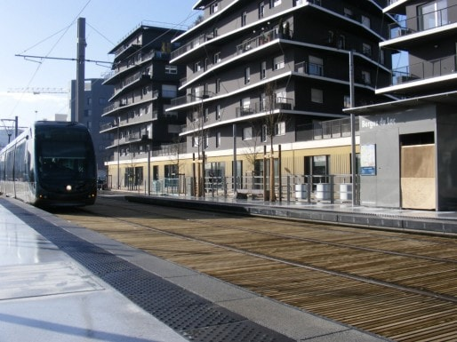 En provenance des Aubiers, le tram C à la nouvelle station des Berges du Lac (Photo SB / Rue89 Bordeaux)
