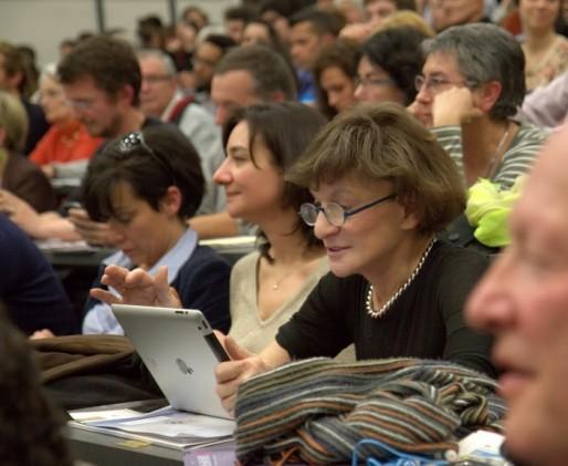 Michèle Delaunay en train de « live-tweeter » pendant le premier débat qui a opposé Alain Juppé et Vincent Feltesse le 23 janvier dernier à Science-Po Bordeaux (DR)