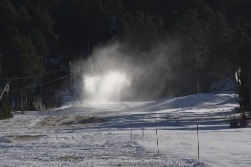 Canon à neige sur une piste de la station du Cambre d'Aze (Photo Vincent Vlès/DR)