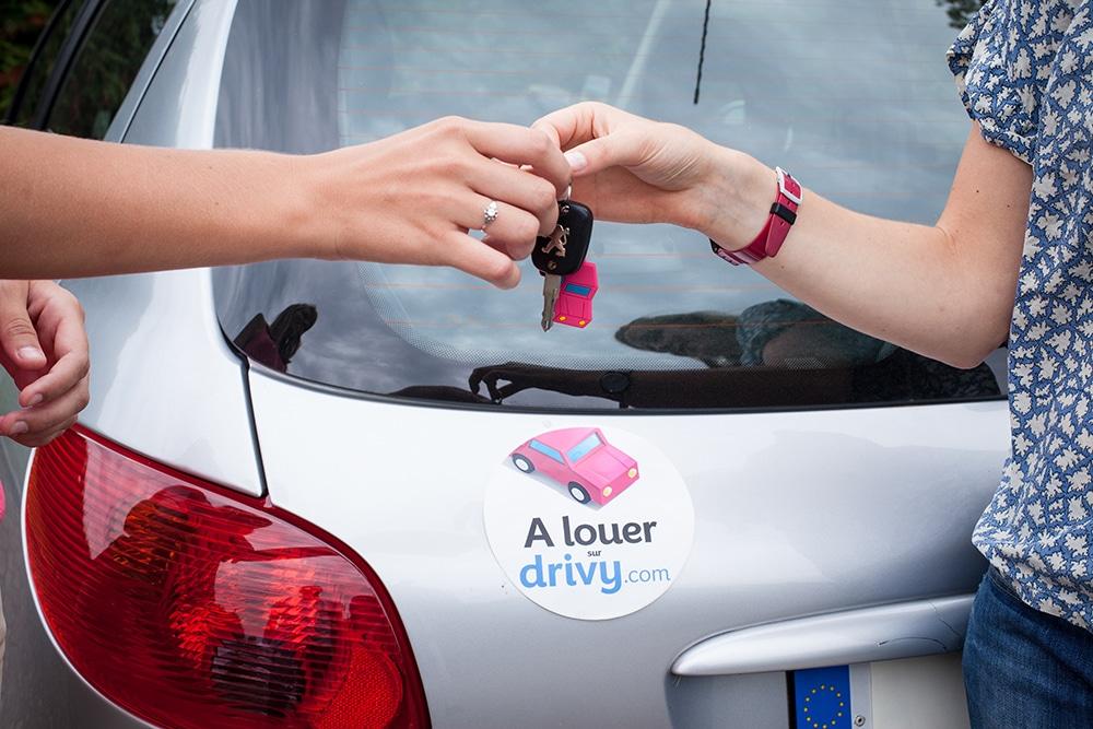 La propriétaire d'une voiture contactée via Drivy laisse ses clés en toute confiance à sa conductrice du jour.