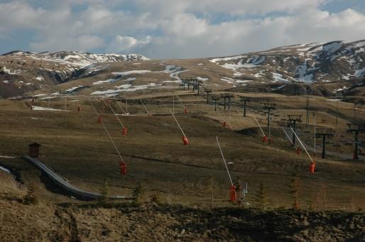 Forêt de canons à neige sur le domaine skiable de Formigal (Sallent de Gallego, Haut Aragon, Espagne). (Photo Vincent Vlès/DR)
