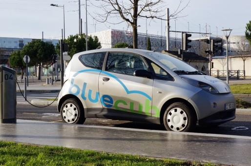 La BlueCub branchée sur sa borne de recharge (Wikipedia)