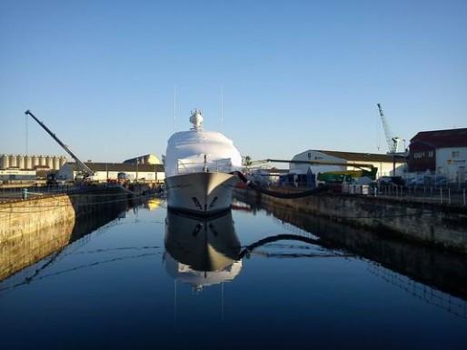 """Travaux sur le yacht """"X"""", un 56 mètres, au port de La Rochelle (photo www.atlanticrefitcenter.com/DR)"""