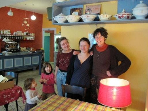 Annie Lecomte, la patronne de la Soupe au caillou (à droite), son équipe et ses filles (photo SB/Rue89 Bordeaux)