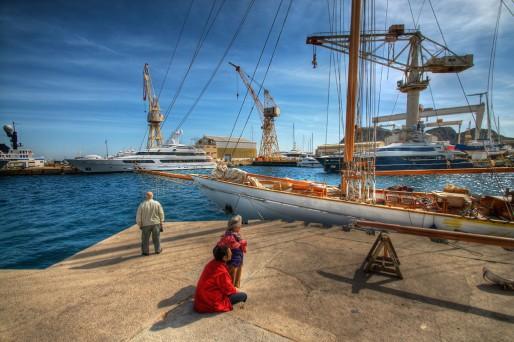 Comme d'autres sites de refit en Méditerranée, le port de la Ciotat est saturé en super yachts (Photo marcovdz/flickr/cc)