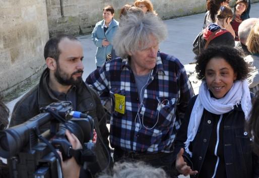Myriam Eckert et Antoine Baluze, deux des cinq prévenus, entourent Jean-Baptiste Eyraud, président de Droit au logement (Xavir Ridon/Rue89 Bordeaux)