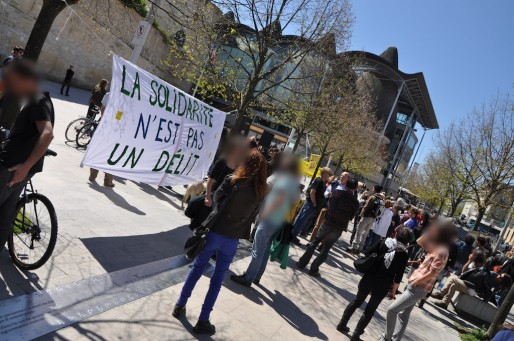 Devant le tribunal de Bordeaux, 150 manifestants sont venus soutenir les militants de Droit au logement. Les manifestants sont floutés sur leur demande. (Xavier Ridon/Rue89 Bordeaux)