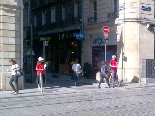 """A l'angle de la rue Cheverus avant le cours Alsace-Lorraine, des personnes abordent les passants. Sur leurs T-shirt rouge est marqué """"La dianétique"""" ; la scientologie étant classée comme secte par l'état français (ED/Rue89 Bordeaux)."""