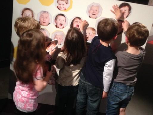 """Activités ludiques pour les enfants à l'exposition """"des Elles, des Ils"""" (photo Cap Sciences)"""