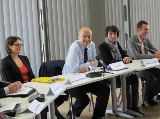 Alain Juppé entouré des deux nouvelles maires de la CUB, Agnès Laurence-Versepuy et Anne-Lise Jacquet (SB/Rue89 Bordeaux)