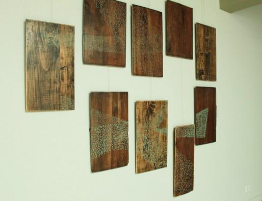 « Maderas » : 9 panneaux de dimensions variables en bois ciré et lustré, pastel sec non fixé (DR)