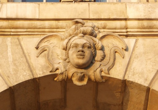 Un mascaron représentant le visage d'une africaine sur une façade à Bordeaux (Wikipedia)