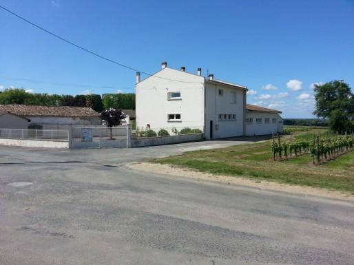 L'école de Villeneuve-de-Blaye où des enfants auraient été intoxiqués par les traitements la vigne (XR/Rue89 Bordeaux)