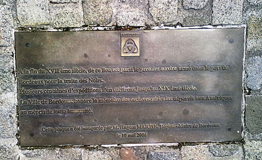 Quai des Chartrons, la plaque commémorative inaugurée en 2005 (Aline Chambras/Rue89 Bordeaux)