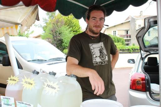Mathias Cangina vend de la lessive artisanale en vrac sur les marchés : un succés (Yoann Boffo/Rue 89 Bordeaux)