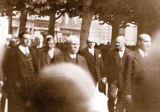 Le 25 juin 1940, devant le Monument aux morts, Marquet (à droite) avec (de gauche à droite) Édouard Herriot, Pierre Laval, Philippe Pétain et le président de la République, Albert Lebrun. (DR)