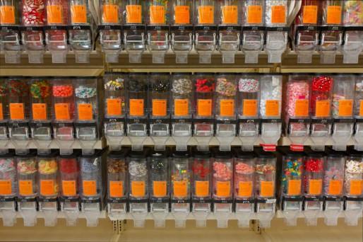 Distributeurs de vrac dans une grande surface (Wikipedia)