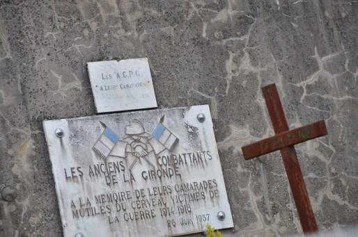 Le carré militaire du cimetière des fous de Cadillac comporte 99 croix (Photo Tiphaine Maurin/Rue89 Bordeaux)