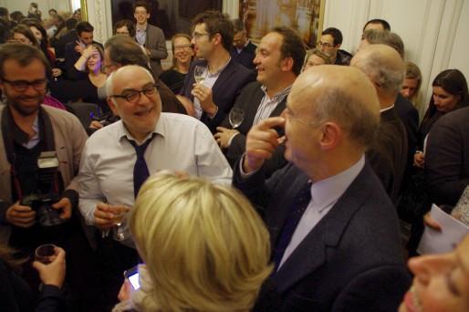 Alain Juppé entouré de ses proches dans son bureau de la Mairie de Bordeaux lors de sa réélection, le 23 mars 2014 (AC/Rue89 Bordeaux)