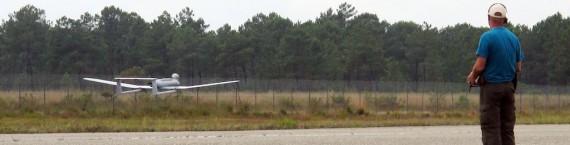 Atterrissage d'un drone Surveycopter au centre d'essai du camp de Souge (Photo SB/Rue89 Bordeaux)