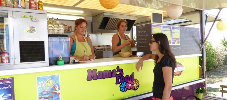 """Marie-Laure et Marion, du """"Mamasfood"""" à Talence, se sont démenées pour monter leur affaire. Aujourd'hui, leur food truck mauve attire un large public, désireux de manger vite et bien sans se ruiner (Photo Florence Heimburger/Rue89 Bordeaux)"""