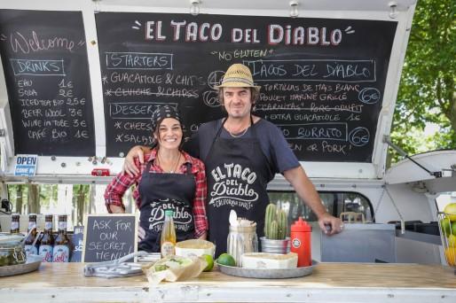 Après avoir vécu six ans en Californie, Virginie et Philippe proposent désormais des spécialités californiennes (tacos, quesadillas...) dans leur Combi rouge vintage. (DR)