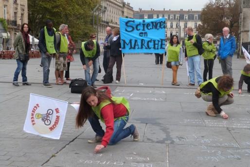 Une trentaine de chercheurs ont inscrit leurs doléances lundi place Pey Berland (SB/Rue89 Bordeaux)