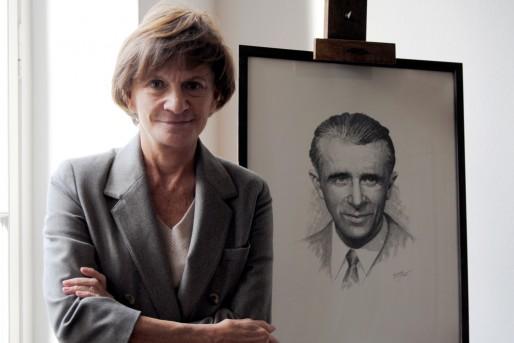 Michèle Delaunay à côté du portrait de son père, Gabriel Delaunay (WS/Rue89 Bordeaux)