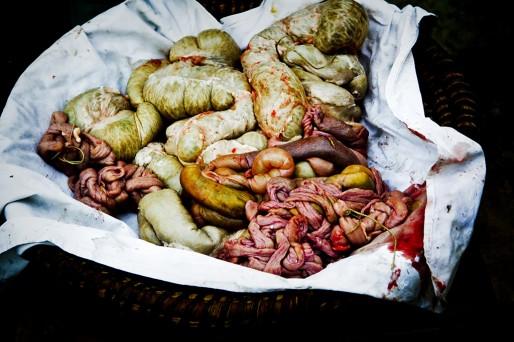 Les abats de l'animal, qu'on mange encore mais qu'on ne voit jamais exposés de cette façon (photo Isabelle Rozenbaum)