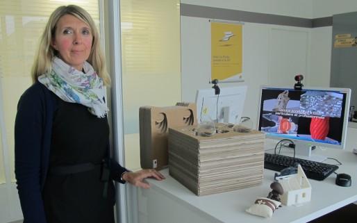 Nathalie Talou Kolesnik, conseillère numérique 3D à la Poste, présente quelques objets sortis des imprimantes (SB/Rue89 Bordeaux)