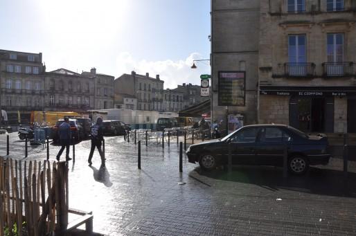 Depuis quelques semaines, la circulation est de nouveau possible place Meynard. (Rue89Bordeaux/Xavier Ridon)