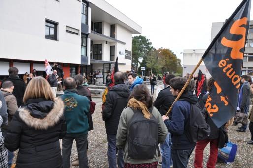 Une soixantaine de manifestants se sont regroupés sur le parvis de la fac des lettres à Pessac (Xavier Ridon / Rue89Bordeaux)