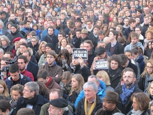 Pendant la minute de silence sur le Parvis des Droits de l'Homme (SB/Rue89 Bordeaux)