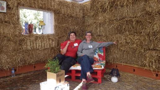 Patricia Spagnolo et Nathalie Samson dans leur maison en paille. (Photo Alter Amazones)
