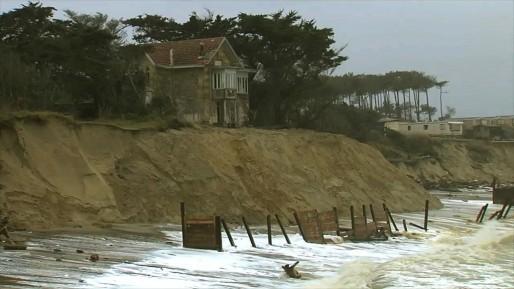 """L'érosion impose de détruire des logements, comme ici à Soulac, pour éventuellement les reconstruire dans les terres (Photo extraite de """"L'ogre océan""""/Mara Film/F3 Aquitaine)"""