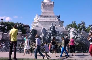 Visiteurs devant le monument des Girondins (SM/Rue89 Bordeaux)