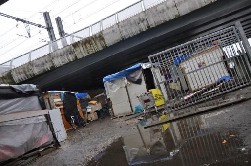 Au pied du pont Saint-Jean à Bordeaux se trouve un bidonville depuis plusieurs mois (Xavier Ridon / Rue89 Bordeaux)