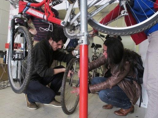 Un atelier vélo de la ressourcerie Etu'Recup sur le campus (SB/Rue89 Bordeaux)