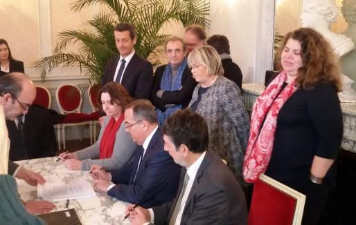 La signature des actes notariés pour la cession des maisons de la cité (DR)