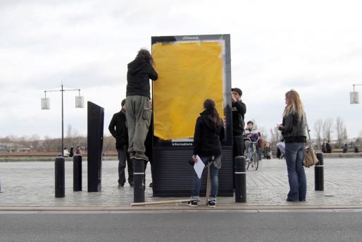 Les membres de l'association RAP recouvrent les publicités en villes (WS/Rue89 Bordeaux)