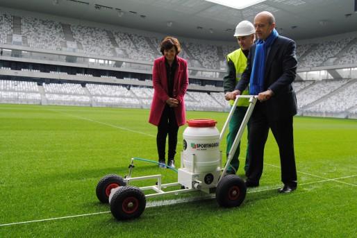 Alain Juppé pilote la machine à tracer au Nouveau stade de Bordeaux (WS/Rue898 Bordeaux)