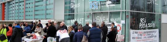 Rassemblement devant la caisse régionale du RSI en Aquitaine (WS/Rue89 Bordeaux)