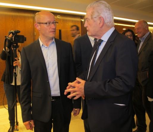 Jean-Luc Gleyze (à gauche) succèdera à Philippe Madrelle, qui le salue dimanche à son arrivée à l'hôtel de département (SB/Rue89 Bordeaux)