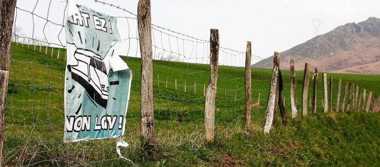 Affiche contre la LGV au Pays-Basque (Pierre/flickr/CC)