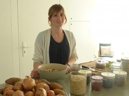"""La blogueuse culinaire Bénédicte Baggio (""""My Little Spoon"""") prépare un granola, mélange d'avoine, d'amandes et de miel apparenté à du muesli (FH/Rue89Bordeaux)."""
