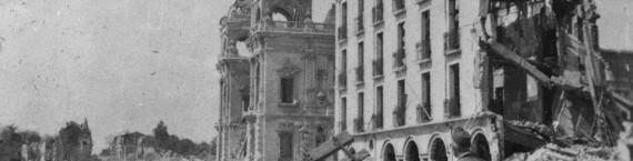 Royan en ruines - la façade de Foncillon, le casino et l'hôtel Bellevue (collection M. Sicard/ www.c-royan.com)