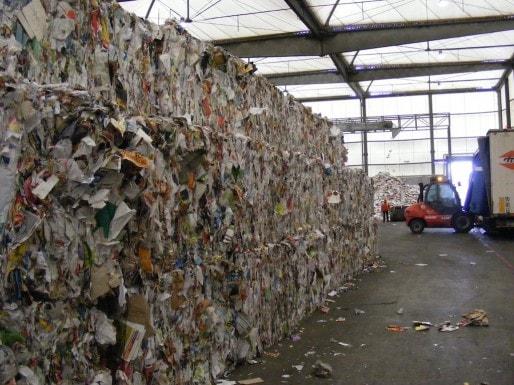 Compactage des papiers avant leur départ vers des usines de recyclage (SB/Rue89 Bordeaux)