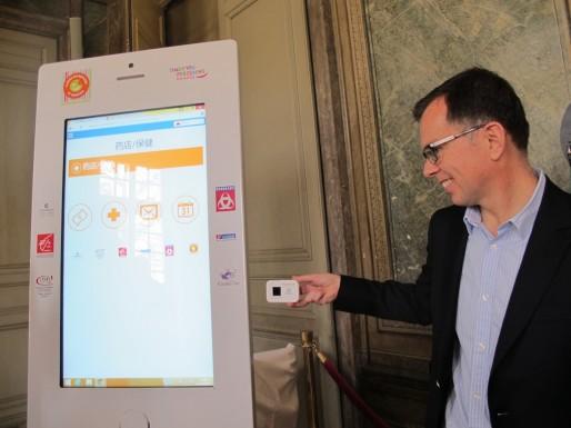 La box wifi de poche proposée par l'Office de tourisme de Bordeaux. Sur l'écran, l'interprète virtuel de la Ronde des Quartiers (SB/Rue89 Bordeaux)