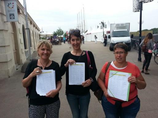 Valérie Murat (au centre) avec Marie-Lys Bibeyran (à droite), faisant signer une pétition lors de la Fête du Vin à Bordeaux (Xavier Ridon/Rue89 Bordeaux)